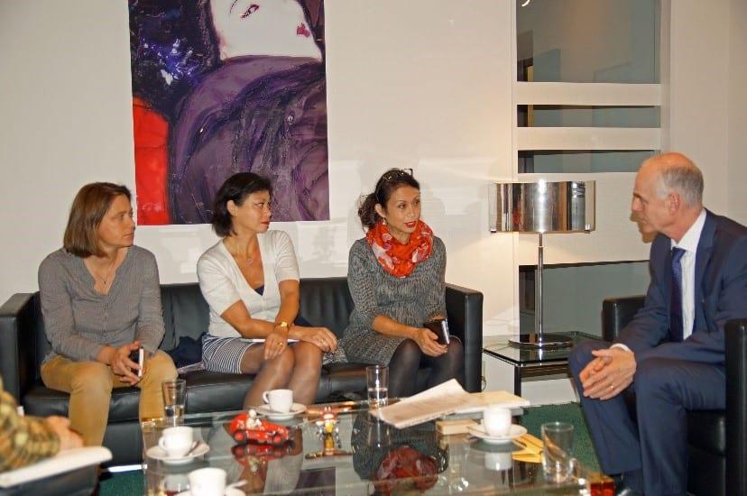 De Nederlandse ambassadeur met v.l.n.r. Lydia, Sandra en Lody